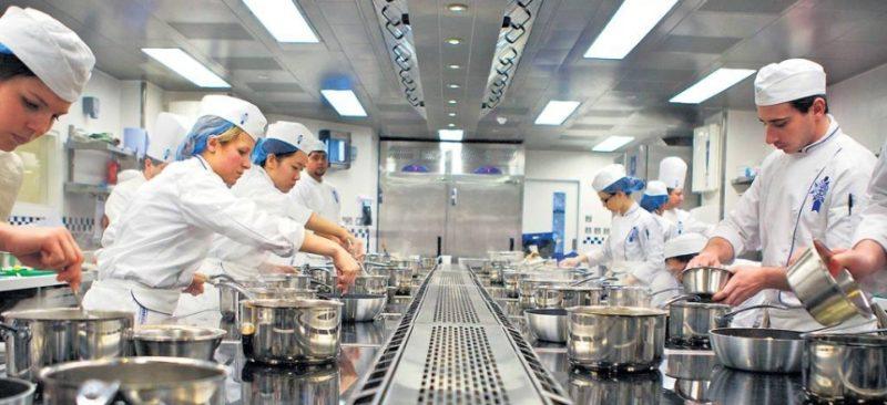 UGT rubrica la actualización salarial en la hostelería cántabra, primer sector con salarios mínimos por encima de los 1.000 euros